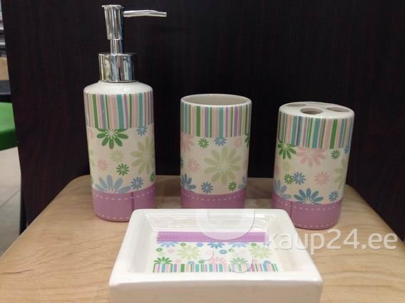 Внесите в Вашу ванную комнату стильные детали! В набор керамических аксессуаров для ванной комнаты входят: дозатор жидкого мыла, стакан, мыльница и держатель зубной щетки. Сделан из керамики. Можно выбрать понравившийся Вам дизайн.
