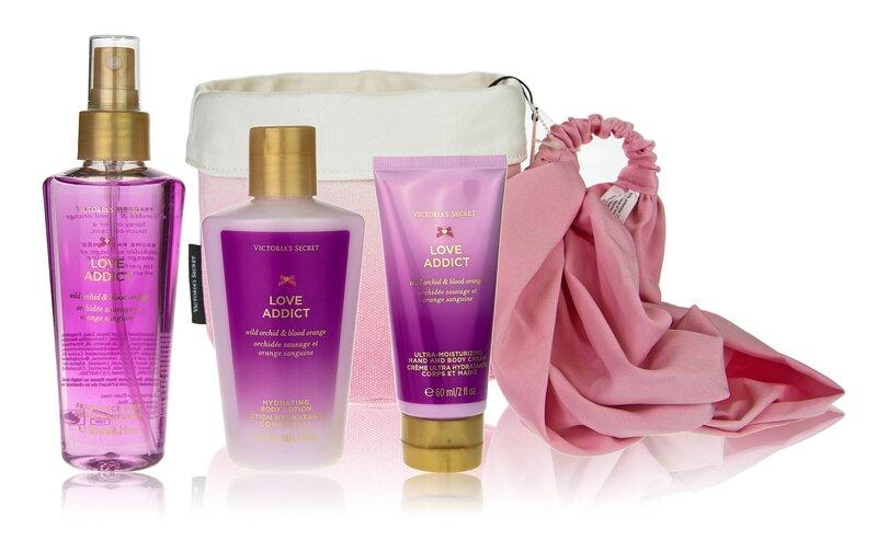 Komplekt Victoria´s Secret Love Addict naistele: kehasprei 60 ml + ihupiim 60 ml + kehakreem 60 ml + peapeal + rätik + kosmeetikakott hind ja info | Lõhnastatud kosmeetika naistele | kaup24.ee
